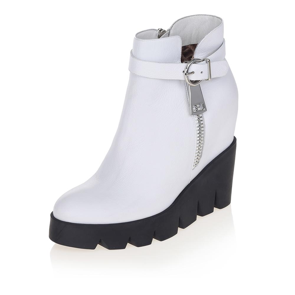 Белые ботинки на массивной черной платформе