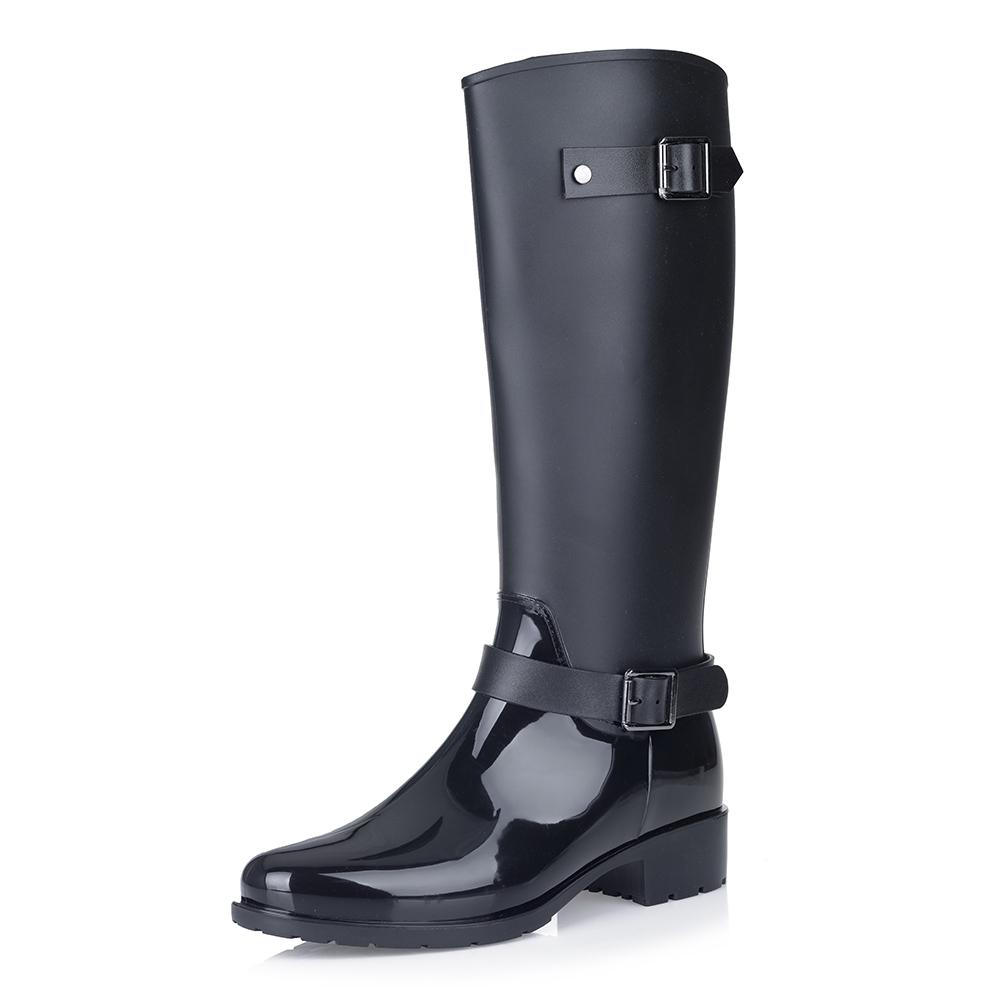 Черные резиновые сапоги на низком каблуке
